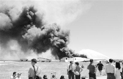 7月6日,美国旧金山国际机场,部分乘客成功逃出失事客机后,机场人员对客机进行灭火。新华社发