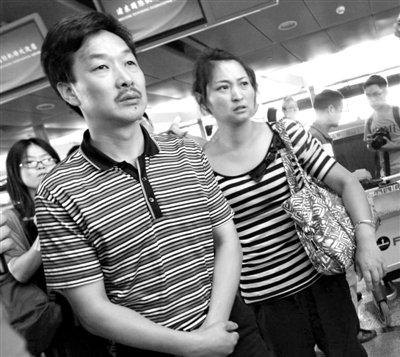 7月8日,浙江学生王琳佳的父母在浦东机场等候办理乘机手续。新华社发