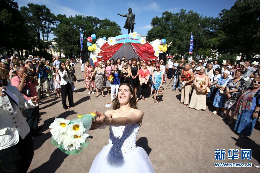 爱情 圣彼得堡/7月8日,人们在圣彼得堡艺术广场庆祝家庭、爱情和忠贞日。