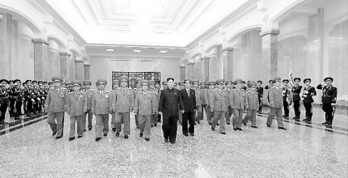 【环球时报报道】7月8日是朝鲜已故最高领导人金日成逝世19周年纪念日。朝中社8日称,朝鲜最高领导人金正恩当地时间8日零时前往锦绣山太阳宫参谒,表示对金日成和金正日的崇高敬意。