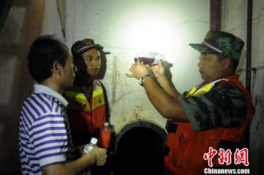 """图为海警于一船舶查获的非法""""红油""""。 薛玉融 摄"""