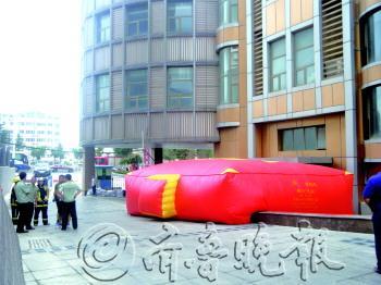 楼下支起救生气垫。 记者 苑菲菲 摄
