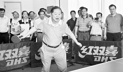 周国强图片说明 徐寅生现场挥拍 记者 周国强 摄