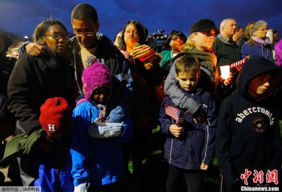 当地时间2013年4月16日,美国波士顿,几百名民众聚集在波士顿公园,为波士顿爆炸案死伤者举办烛光守夜活动。