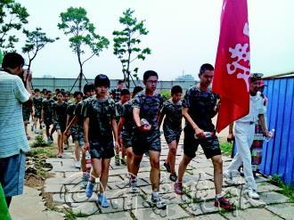营员们身着统一服装,在刘公岛上接受军事训练。