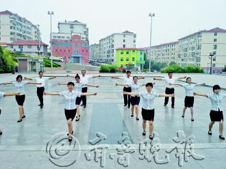 社区工作人员示范第九套广播体操。