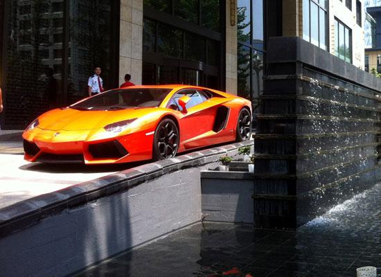 成都作为中国西部第一豪车城,街上经常可见各种百万级豪车.作高清图片
