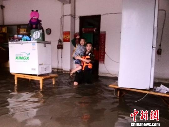 民房进水被淹。 陈晓轩 摄