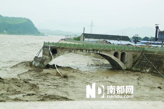 四川盘江大桥垮塌 确认5车坠河6人失踪 组图