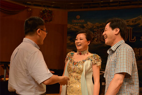 音乐会结束后常州领导上台和朵儿亲切交谈(左:谢春林、中:张朵儿、右:闵建敏)