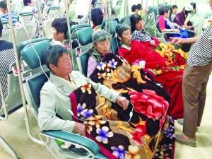 正在医院输液的来京游客.图片来源:中青网-苏州来京旅行团38名游