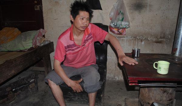 卢定海在茅台酒厂的扩建工程中患上尘肺病,他现在每天坐和睡都只能在这张破沙发上。(本报记者 何光伟 摄)