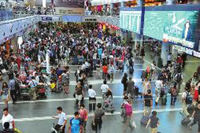 北京地区/7月8日,北京地区出现雷雨天气,首都国际机场进出港航班出现大...