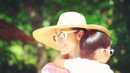 李嘉欣/7月7日,贾静雯在微博晒出一组带着女儿梧桐妹出游的照片,40岁...