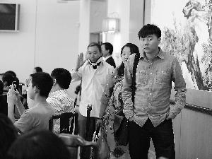 搭乘韩亚航空公司失事客机的3名山西教师(右)应邀做客中国驻美国旧金山总领事官邸。新华社发