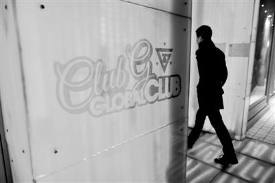 一位男士进入位于五道口的global club酒吧。今年2月,李某等人在此将受害人带走后涉嫌实施轮奸。新京报资料图片 浦峰 摄