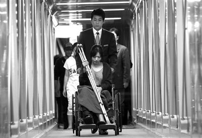 11日,韩亚航空出事客机一名受伤的乘务员出院后,抵达韩国仁川机场。