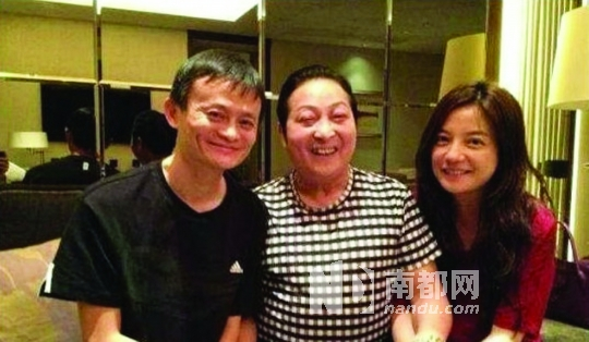 """马云、赵薇与""""气功大师""""王林合影。"""