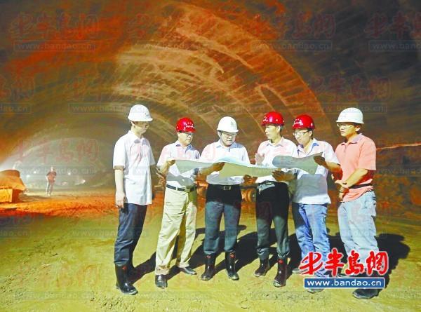 2013年7月7日,在江西路地铁换乘站施工现场,王永亮右三在和施工人员研究施工图纸。