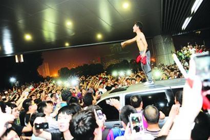 6月 15日中国队惨败给泰国队之后,万千球迷情绪激动。/Osports