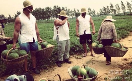 图:河南农村,大妈徒手拎百斤西瓜惊呆大力士。