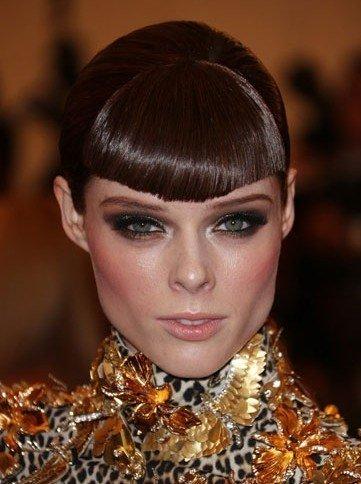 """这个发型很像是年画中的""""福娃头""""扇形的厚刘海能修饰脸部较长的人,像图片"""