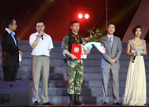 颁奖嘉宾:云南广播电视台常务副台长 赵树清(左二),加多宝(中国)饮料有限公司品牌管理部副总经理 王月贵(右二)