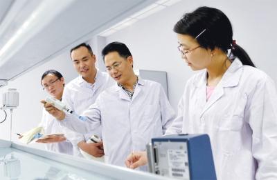 实验_专家在中福生物实验室指导年轻技术员.庄文斌 摄