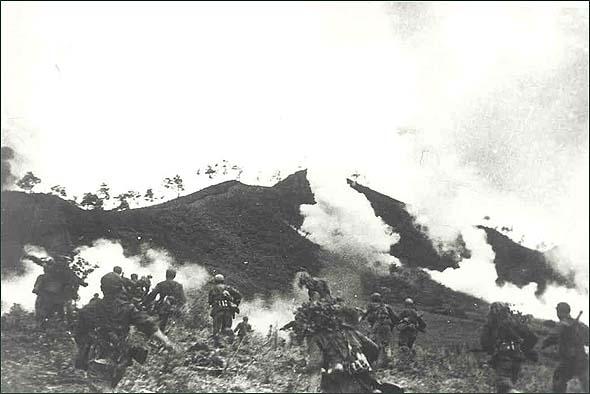金城反击战中,在炮火掩护下,志愿军向敌发起进攻。资料图片点击浏览更多军事图片点击浏览军事视频