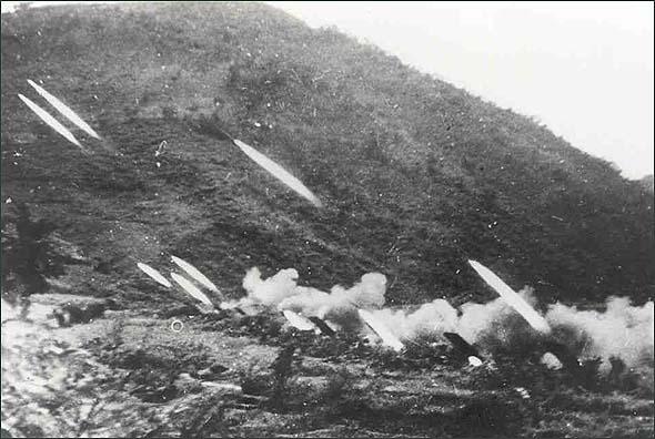 金城战役中,志愿军火箭炮向敌阵地射击。资料图片