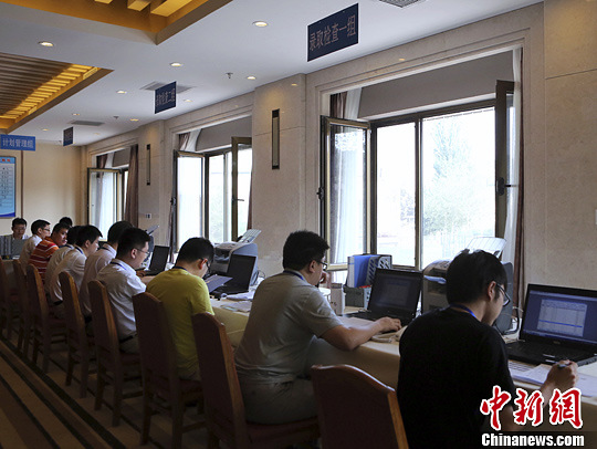 7月12日,北京市高校招生工作人员正在进行高招录取检查。当日下午,北京市高招录取现场向媒体开放。中新社发 李慧思 摄