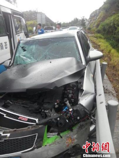 浙江温州232省道20公里处发生的因轿车驾驶员操作不当与城乡中巴车相撞的交通事故 林叶 摄