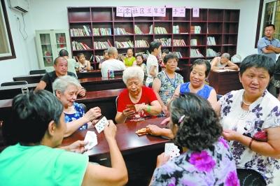 昨晚,在武昌区首义路街江零社区24小时纳凉点,社区居民在玩扑克.