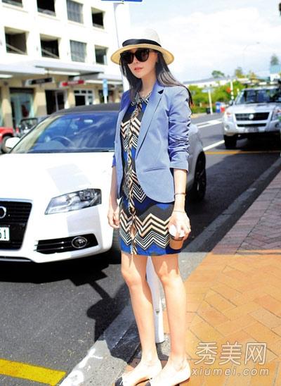 蓝色小西装怎么搭配_街拍:怎么穿最俏 衬衫针织衫时髦混搭(组图)-搜狐滚动