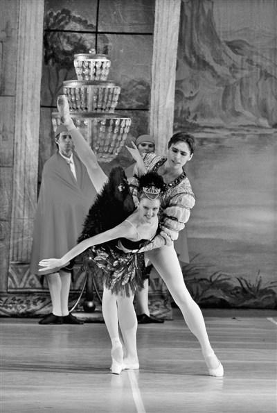 俄罗斯国家模范儿童艺术剧院芭蕾舞团的天鹅湖表演。 (资料图片)