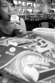 图说:老牌冷饮仍受市民追捧。新闻晨报记者 杨眉 摄