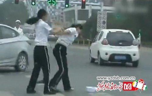 网友街头实拍唐山两名女交警马路中央厮打。