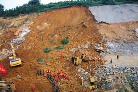 挖掘机在山体滑坡事故现场实施挖掘救援。图/CFP