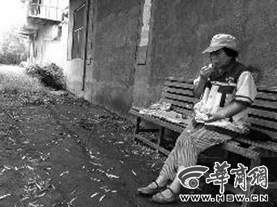 每天的午餐是水和馒头,环卫工王淑香很无奈 本报记者李浩摄