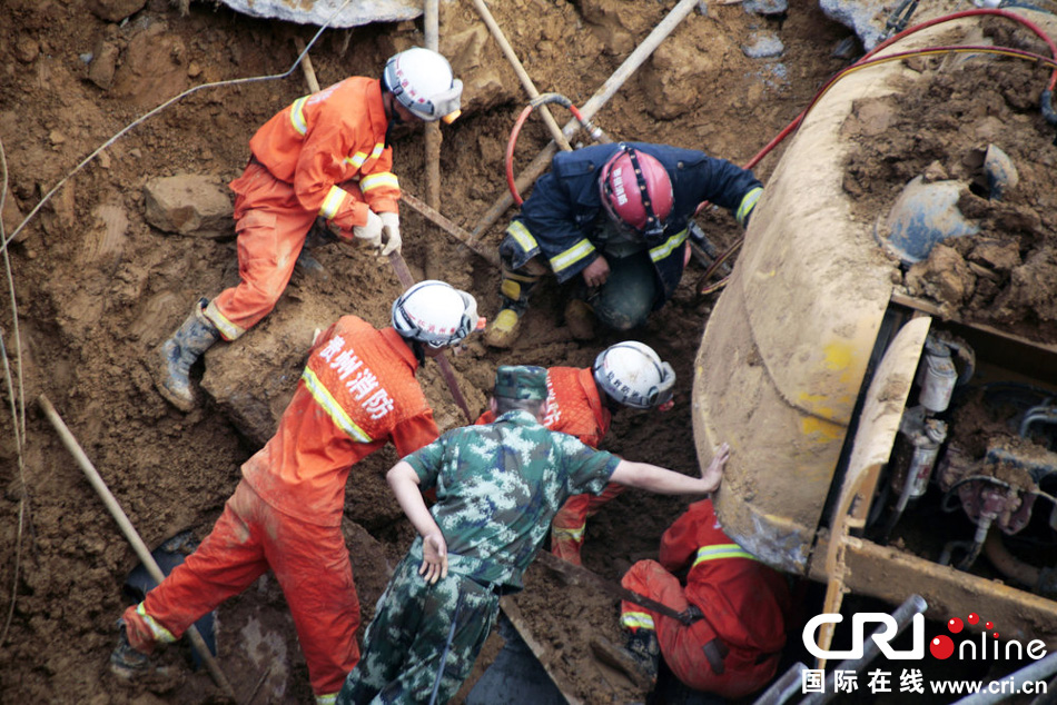 贵州毕节七星关区山体塌方救援现场。片来源:CFP