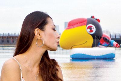 大乌巴:呵呵,终于跟美女接吻了。马来西亚《光华日报》