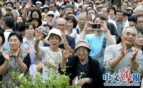 冒着酷暑倾听参选者讲演的日本民众。