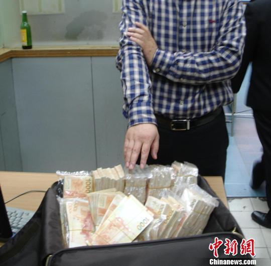 皇岗海关查获的部分超带入境货币 蒋昕 摄
