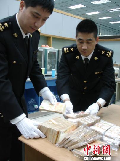 海关关员清点查获的超带货币 蒋昕 摄
