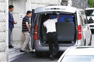 16日,为追征前总统全斗焕的非法资金,韩国检察厅搜查其住宅和家族企业。
