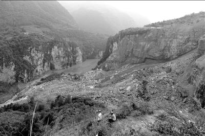图为山体垮塌形成的堰塞湖。中新社发