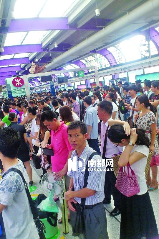 网 友@ 巴 拉巴拉小魔金在8时46分发微博称,龙华线遇到故障,站台上挤满了候车乘客。网络图片