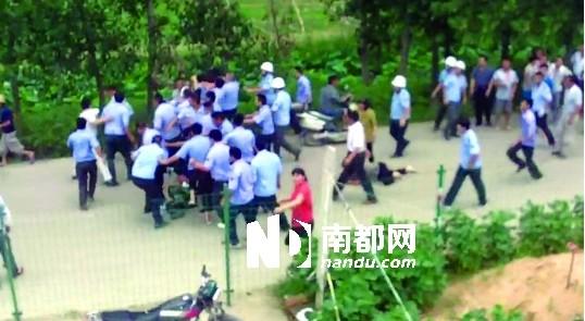 城管人员围殴其余几名男子,打完后再跑出十几米追打另一名男子.