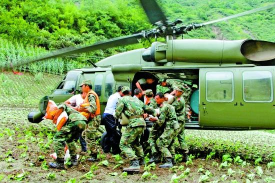 成都军区连续出动直升机救援汶川县草坡乡