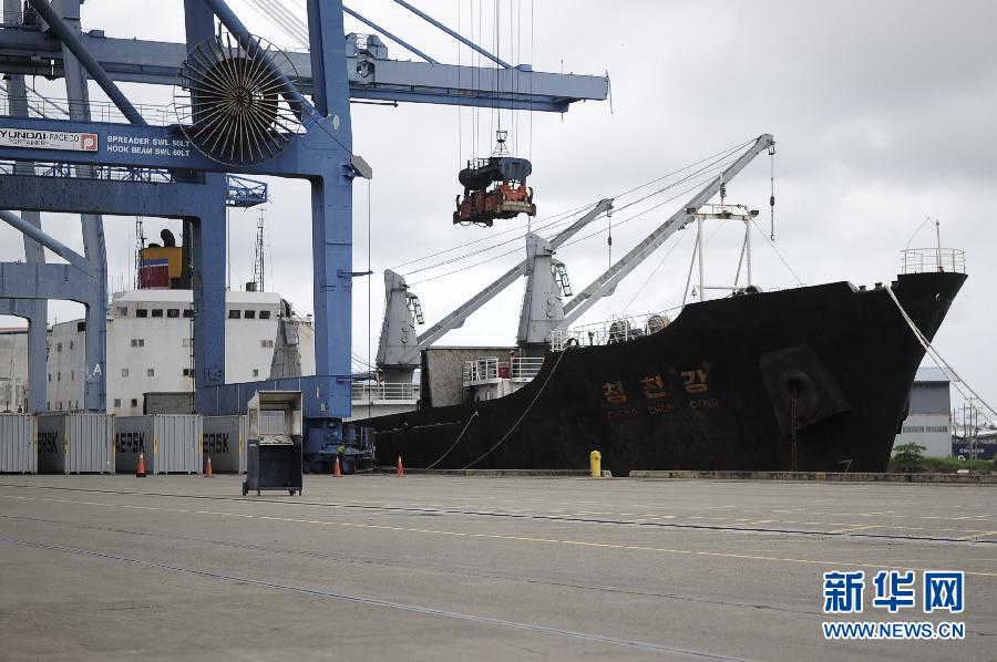 7月16日,一艘从古巴驶往朝鲜的船只停靠在巴拿马曼萨尼约港附近。